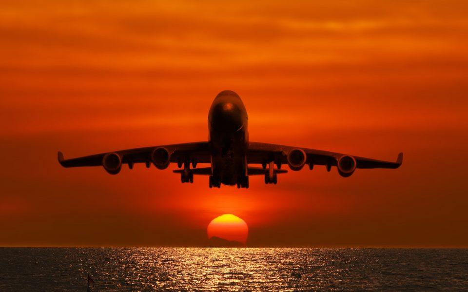 Avião de passageiros no céu na hora do pôr do, sol muito bonito.